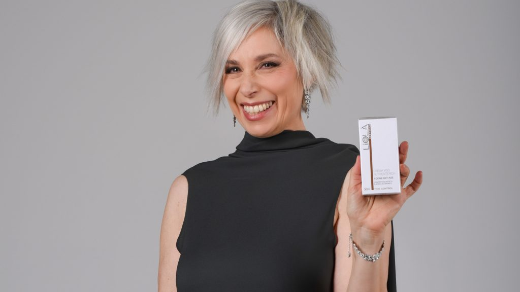 Manuela Custer che tiene in mano Liolà Cosmetics