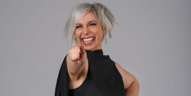 Manuela custer che indica Liolà Cosmetics