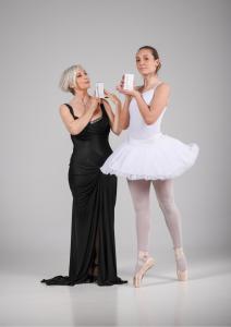 Manuela custer e ballerina tengono in mano i prodotti cosmetici Liolà Cosmetics