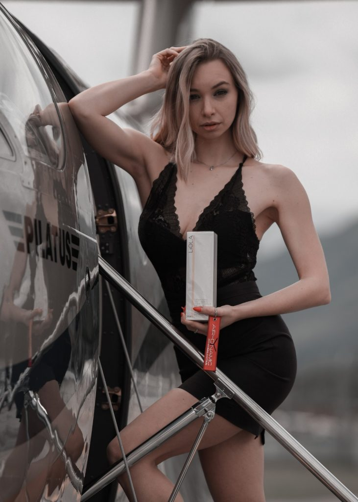 Modella su jet privato con la linea time control