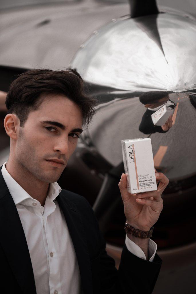 Modello con prodotto Liolà Cosmetics in partnership con Air Dynamic