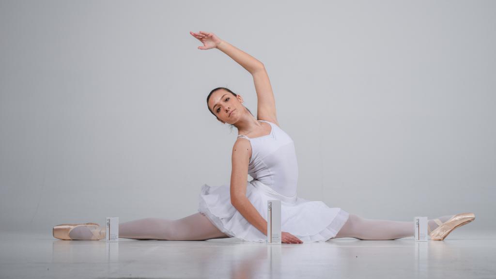 Ballerina in spaccata con prodotti Liolà