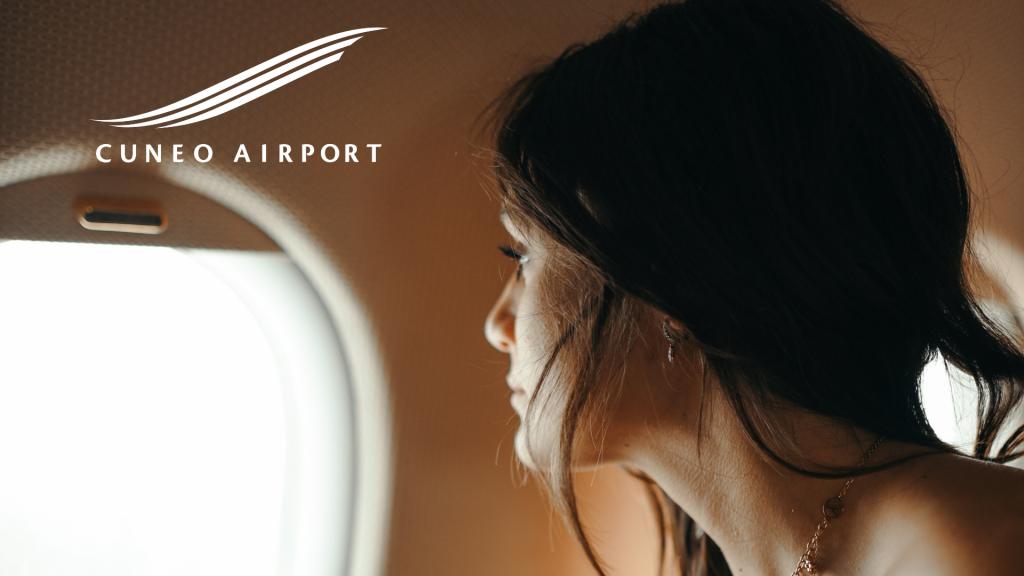 Donna che guarda fuori dal finestrino di un jet privato