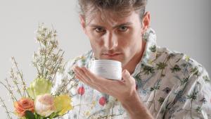 modello che annusa esfoliante liolà cosmetics