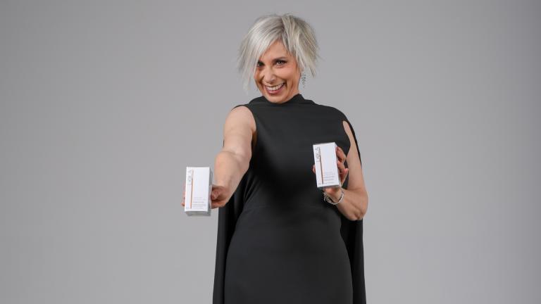 Manuela Custer con prodotti cura viso liolà cosmetics